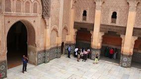 MARRUECOS, MARRAKESH - 27 DE OCTUBRE DE 2016: Turistas en el siglo XVI anticuado de Madrasa Ben Youssef almacen de metraje de vídeo