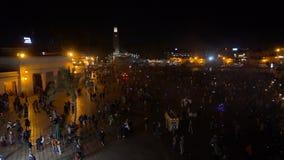 MARRUECOS - MARRAKESH ENERO DE 2019: Vista nocturna del EL Fna, un cuadrado y mercado de Djemaa en el cuarto de Marrakesh Medina almacen de metraje de vídeo