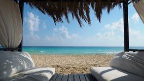 Marsá Matrú, Egipto Gazebo elegante en la playa Mar que sorprende con el azul tropical, la turquesa y colores verdes Contexto de  almacen de metraje de vídeo