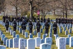MARS 26, 2018 - ARLINGTON KYRKOGÅRD, WASH D C - Jordfästning på Arlington den nationella kyrkogården, Virginia, Gravar kyrkogård royaltyfri foto