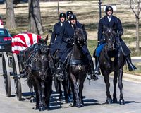 MARS 26, 2018 - ARLINGTON KYRKOGÅRD, WASH D C - Jordfästning på Arlington den nationella kyrkogården, Virginia, Militär vit arkivbild