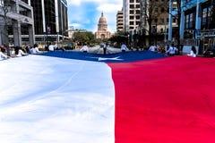 3 mars 2018 - AUSTIN TEXAS - les étudiants d'Université du Texas portent l'avenue du congrès de drapeau du Texas vers le bas 2, l image libre de droits