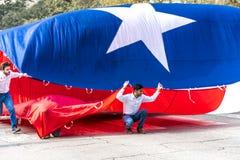 3 mars 2018 - AUSTIN TEXAS - les étudiants d'Université du Texas portent l'avenue du congrès de drapeau du Texas vers le bas Le M photo stock