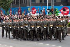Mars av den nya serben officers-5 Arkivfoton