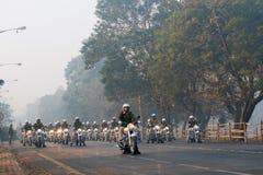 Mars av Kolkata den polisiära mopeden samlar förbi Royaltyfri Foto