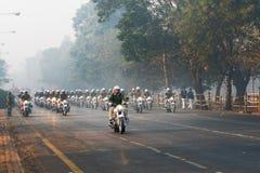 Mars av Kolkata den polisiära mopeden samlar förbi Arkivfoto
