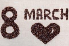 8 mars avec un signe de coeur fait ? partir des grains de caf? sur la texture de linea photographie stock libre de droits