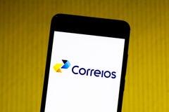 Mars 10, 2019, Brasilien Logo av 'Brasilianen Företag av stolpar och telegrafer på skärmen av mobila enheten fotografering för bildbyråer