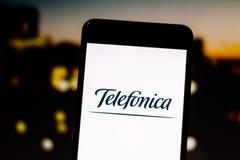 Mars 10, 2019, Brasilien 'Telefonica 'logo på mobil enhetskärmen Fungera globalt, är det ett av den största fixat och folkhopen royaltyfri fotografi