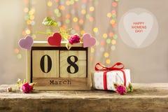 8 mars, calendrier en bois, jour heureux du ` s de femmes Images stock