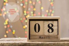 8 mars, calendrier en bois, jour heureux du ` s de femmes Photographie stock libre de droits