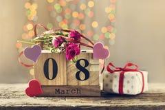 8 mars, calendrier en bois, jour heureux du ` s de femmes Photographie stock
