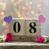 8 mars, calendrier en bois, jour heureux du ` s de femmes Image stock