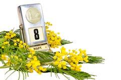 8 mars carte - calendrier de bureau de vintage avec des fleurs de date et de mimosa du 8 mars d'isolement sur le blanc Image libre de droits
