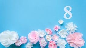 8 mars carte de jour du ` s de femmes avec les fleurs de papier Images libres de droits
