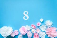 8 mars carte de jour du ` s de femmes avec les fleurs de papier Image stock