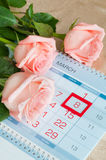 8 mars carte - roses au-dessus du calendrier avec la date encadrée du 8 mars Photographie stock libre de droits