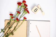 8 mars carte - roses de pêche au-dessus du calendrier avec la date encadrée du 8 mars Images libres de droits