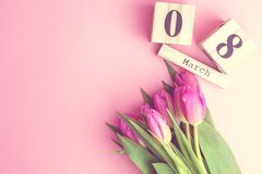 8 mars concept heureux de jour du ` s de femmes Avec le calendrier de bloc en bois et les tulipes roses sur le fond rose Copiez l Photos libres de droits