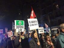 MARS CONTRE L'ARRÊT, BARCELONE, le 28 décembre - les catholiques marchent contre des arrêts Images libres de droits