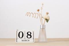 8 mars cube en bois en calendrier sur le Tableau Jour du `s de Valentine Photographie stock libre de droits