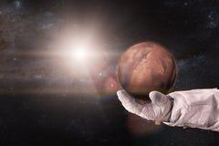 Mars in den Händen des Astronauten lizenzfreie stockbilder