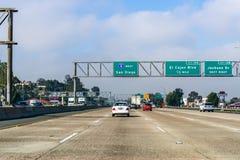 Mars 19, 2019 El Cajon/CA/USA - köra in mot San Diego på en solig dag royaltyfria bilder