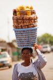MARS 18 för ½ för ACCRA GHANA ï¿: Den oidentifierade unga afrikanska flickan bär f Royaltyfri Fotografi