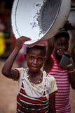 MARS 19 för ½ för ACCRA GHANA ï¿: Den oidentifierade unga afrikanska flickan bär t Arkivbild