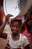 MARS 19 för ½ för ACCRA GHANA ï¿: Den oidentifierade unga afrikanska flickan bär t Royaltyfri Foto