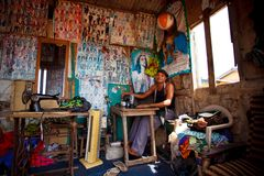 MARS 18 för ½ för ACCRA GHANA ï¿: Oidentifierad afrikansk man som arbetar i tai Fotografering för Bildbyråer