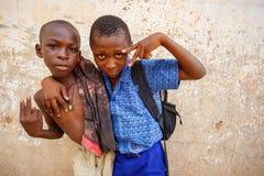 MARS 18 för ½ för ACCRA GHANA ï¿: Oidentifierade unga afrikanska pojkar poserar w Arkivfoto