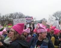 Mars för kvinna` s, kvinnatrumfhat, framtiden är kvinnlig, tecken och affischer, Washington, DC, USA Arkivbild