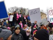 Mars för kvinna` s på Washington, personer som protesterar samlar mot presidenten Donald Trump, Washington, DC, USA Arkivfoto