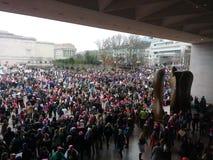 Mars för kvinna` s på Washington, personer som protesterar samlar utanför National Gallery av Art East Building, Washington, DC,  Arkivfoton
