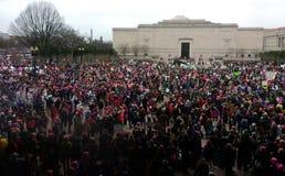 Mars för kvinna` s på Washington, personer som protesterar samlar utanför National Gallery av Art East Building, Washington, DC,  Royaltyfri Fotografi
