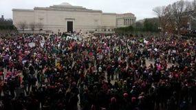 Mars för kvinna` s på Washington, personer som protesterar samlar utanför National Gallery av Art East Building, Washington, DC,  Arkivbilder
