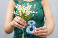 8 mars Fille avec le bouquet des pouvoir-lis Photo stock