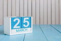 25 mars Image de calendrier en bois de couleur du 25 mars sur le fond blanc Journée de printemps, l'espace vide pour le texte Image libre de droits