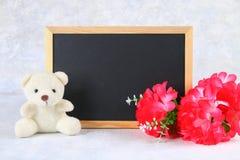 Mars 8, internationella kvinnors dag Svart tavla med rosa färgblommor och nallebjörnen kopiera avstånd Arkivbild