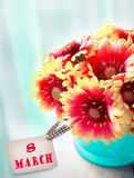 8 mars jour de femmes Fleurs dans le pot avec la carte Photographie stock libre de droits