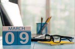 9 mars Jour 9 de mois, calendrier sur le fond de local commercial, lieu de travail avec l'ordinateur portable et verres Printemps Photos libres de droits