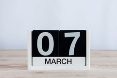 7 mars Jour 7 du mois, calendrier quotidien sur le fond en bois de table Journée de printemps, l'espace vide pour le texte Photo libre de droits