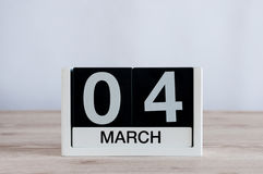 4 mars Jour 4 du mois, calendrier quotidien sur le fond en bois de table Printemps, l'espace vide pour le texte Images libres de droits