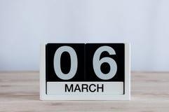 6 mars Jour 6 du mois, calendrier quotidien sur le fond en bois de table Printemps, l'espace vide pour le texte Photographie stock libre de droits