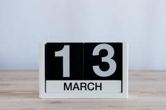 13 mars Jour 13 du mois, calendrier quotidien sur le fond en bois de table Printemps, l'espace vide pour le texte Images libres de droits