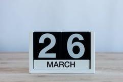 26 mars Jour 26 du mois, calendrier quotidien sur le fond en bois de table Printemps, l'espace vide pour le texte Photographie stock libre de droits