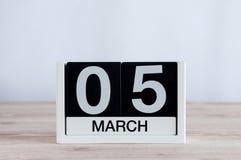 5 mars Jour 5 du mois, calendrier quotidien sur le fond en bois de table Printemps, l'espace vide pour le texte Photographie stock libre de droits