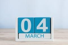 4 mars Jour 4 du mois, calendrier quotidien sur le fond en bois de table Printemps, l'espace vide pour le texte Photographie stock libre de droits