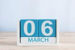 6 mars Jour 6 du mois, calendrier quotidien sur le fond en bois de table Printemps, l'espace vide pour le texte Image libre de droits
